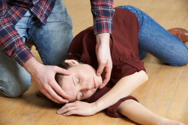 Rất nhiều vụ đột ngột tử vong sau khi bị co giật, động kinh, làm thế nào để xử lý nhanh và đúng cách? - Ảnh 2.