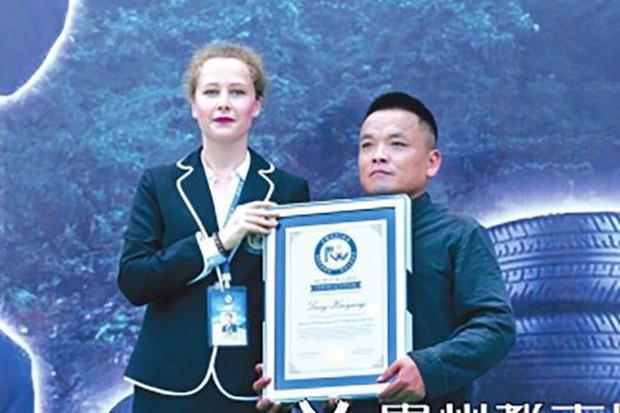 Trung Quốc: Võ sư lập kỷ lục Guinness nhờ dùng mũi thổi căng cùng lúc 12 săm ô tô - Ảnh 1.