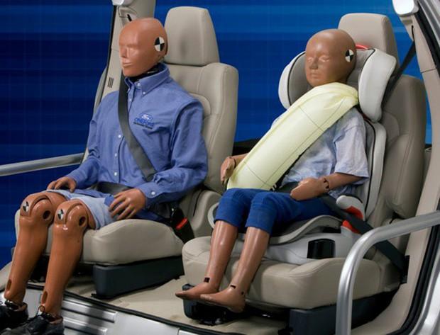 Vì sao dây an toàn của ô tô có phần bảo vệ vai mà máy bay lại không? Lời đáp khiến bạn ái ngại - Ảnh 5.