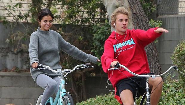 Selena Gomez xúc động khi nhìn lại những bức ảnh cũ về Justin Bieber trên điện thoại? - Ảnh 2.