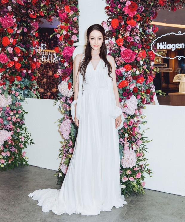 Diện hẳn váy cưới đi dự sự kiện, nên gọi Địch Lệ Nhiệt Ba là cô dâu xinh đẹp hay tiên nữ giữa vườn hoa? - Ảnh 3.
