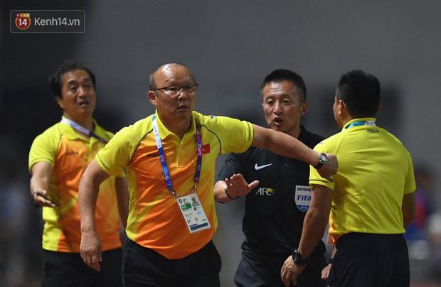 HLV Park Hang Seo nổi nóng khi thấy cầu thủ Việt Nam bị chơi xấu - Ảnh 1.