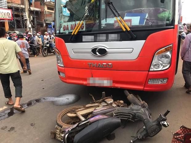 Người thân khóc ngất bên thi thể cụ ông chết thảm dưới bánh xe khách vì qua đường bất cẩn - Ảnh 1.