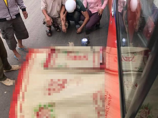Người thân khóc ngất bên thi thể cụ ông chết thảm dưới bánh xe khách vì qua đường bất cẩn - Ảnh 2.