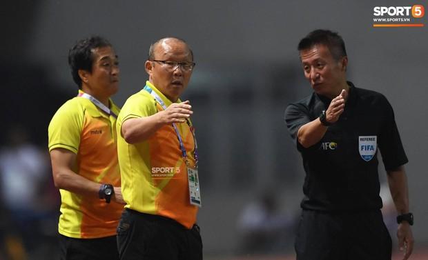 HLV Park Hang Seo nổi nóng khi thấy cầu thủ Việt Nam bị chơi xấu - Ảnh 2.