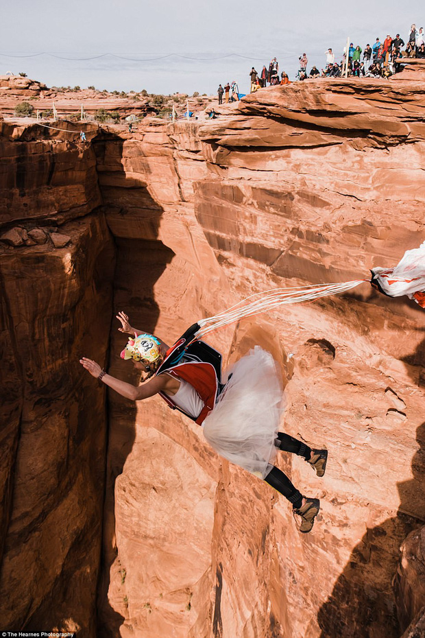 Choáng ngợp với đám cưới trên dây ở lưng chừng trời của cặp đôi mê phiêu lưu mạo hiểm - Ảnh 4.