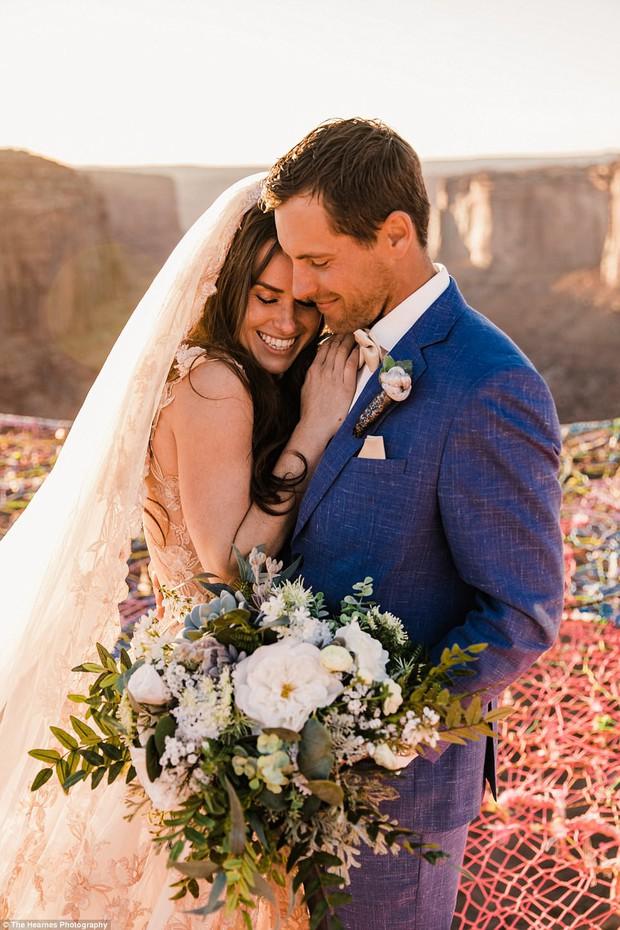 Choáng ngợp với đám cưới trên dây ở lưng chừng trời của cặp đôi mê phiêu lưu mạo hiểm - Ảnh 3.