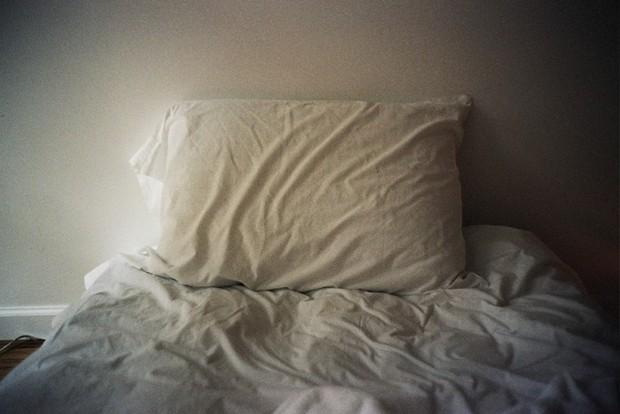 Dành 1/3 cuộc đời để ngủ, vậy bao lâu thì nên giặt ga giường? - Ảnh 2.