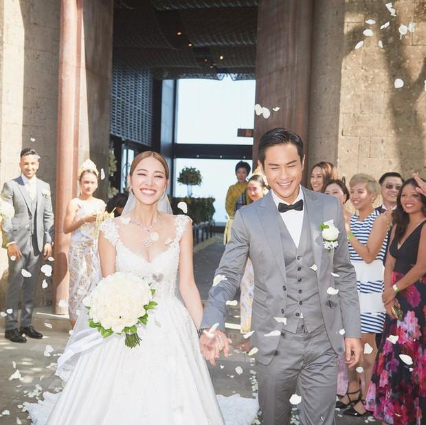 Tài tử TVB kết hôn nhưng điều đáng chú ý chính là nhan sắc tựa nữ thần cùng váy cưới lộng lẫy của cô vợ kém 22 tuổi - Ảnh 1.