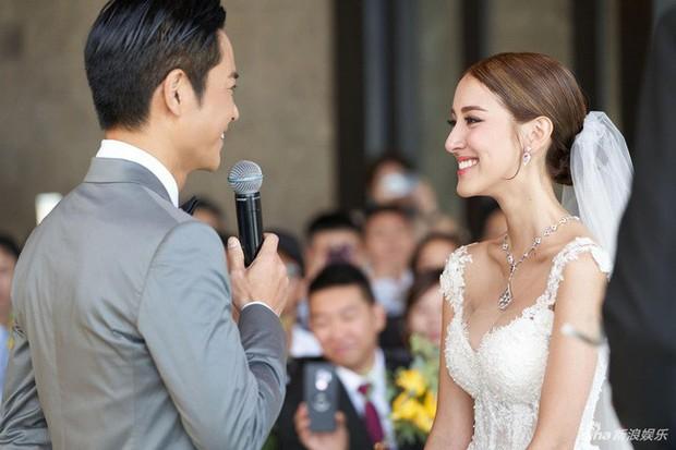 Tài tử TVB kết hôn nhưng điều đáng chú ý chính là nhan sắc tựa nữ thần cùng váy cưới lộng lẫy của cô vợ kém 22 tuổi - Ảnh 3.