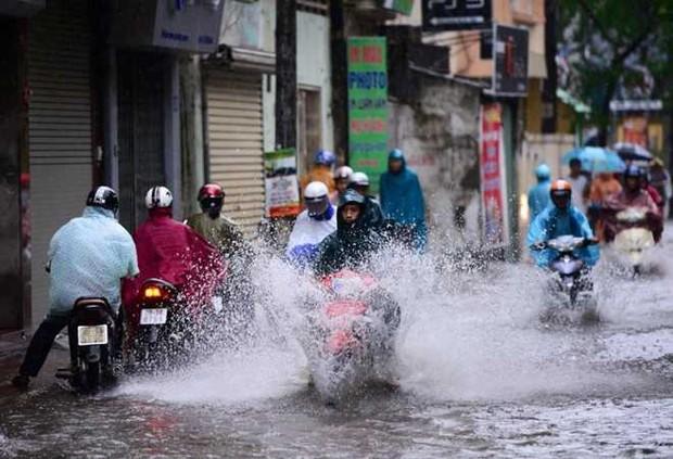 Bão số 4 giật cấp 11 đi vào Vịnh Bắc Bộ, Hà Nội mưa rất to - Ảnh 2.