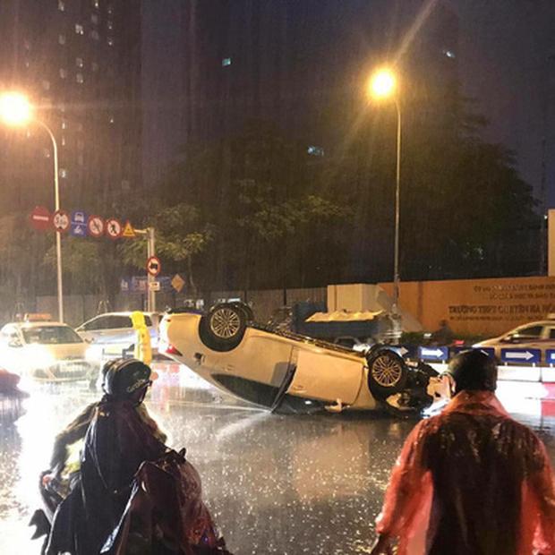 Hà Nội: Mất lái đâm vào dải phân cách, xế sang Lexus lật ngửa bụng giữa chân cầu vượt - Ảnh 3.
