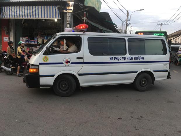 Thương tâm cảnh bố mẹ gào khóc khi bé trai 2 tuổi ngã từ xe máy xuống đường, bị xe tải cán tử vong tại chỗ - Ảnh 2.