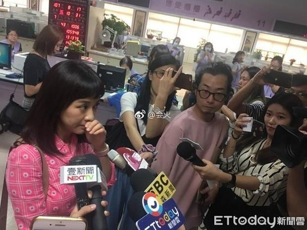 Hôm qua thông báo mang thai, hôm nay mỹ nhân Bộ Bộ Kinh Tâm đã hớn hở cùng bạn trai đi đăng ký kết hôn - Ảnh 1.
