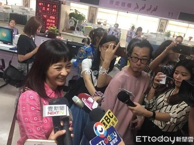 Hôm qua thông báo mang thai, hôm nay mỹ nhân Bộ Bộ Kinh Tâm đã hớn hở cùng bạn trai đi đăng ký kết hôn - Ảnh 2.
