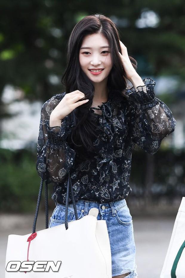 Màn đọ sắc hiếm của dàn idol Kpop: Nữ thần Irene bị mỹ nhân dao kéo lấn át, gương mặt vô danh bỗng được chú ý - Ảnh 4.
