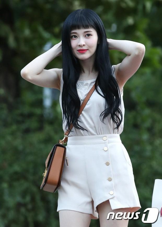 Màn đọ sắc hiếm của dàn idol Kpop: Nữ thần Irene bị mỹ nhân dao kéo lấn át, gương mặt vô danh bỗng được chú ý - Ảnh 24.