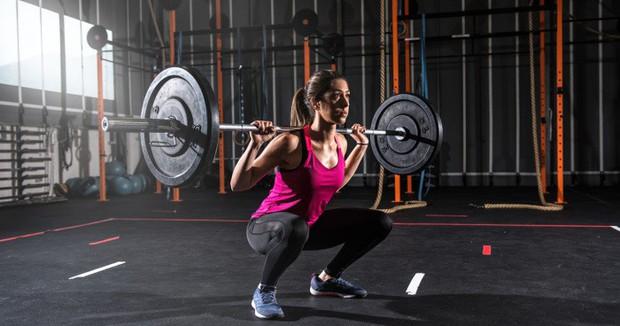 Tập squat đã lâu vẫn có thể sai: Huấn luyện viên chỉ ra những lỗi thường mắc phải - Ảnh 3.
