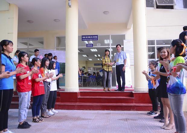 Nữ thủ khoa nghèo dân tộc Mường không có tiền học Đại học được miễn học phí, miễn ở ký túc xá và hỗ trợ tìm việc làm thêm - Ảnh 1.
