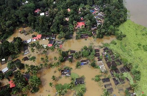 Ấn Độ đưa trực thăng và binh sĩ cứu những người còn mắc kẹt do lũ - Ảnh 1.