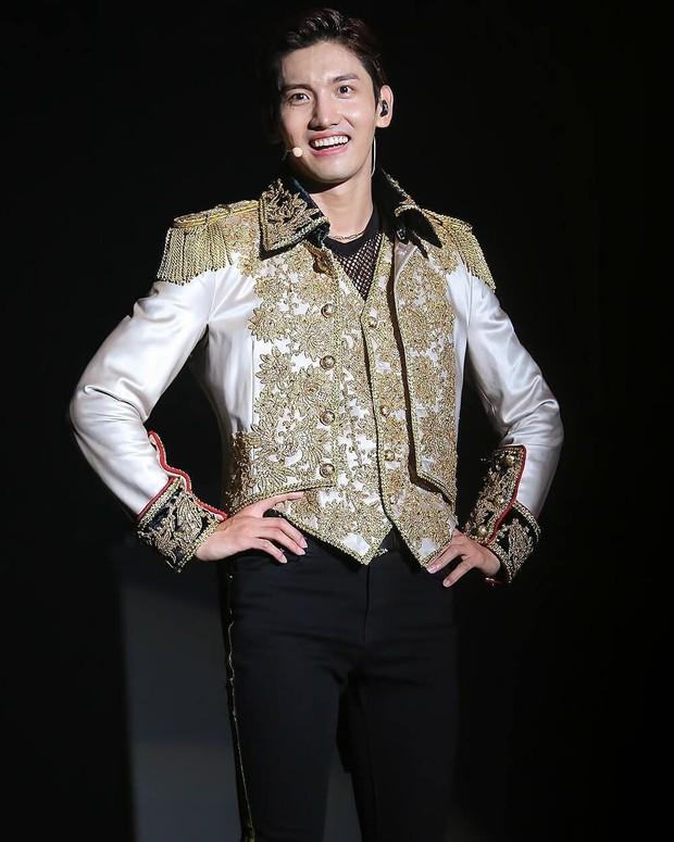 Hoàng tử duyên nhất hôm nay là Changmin (DBSK): mải làm điệu với fan khi quần đã rách từ lúc nào chẳng biết - Ảnh 1.