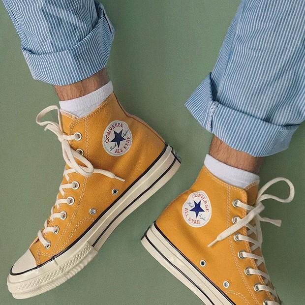 Sneakers đừng chỉ chọn trắng đen an toàn, còn có nhiều mẫu rực rỡ hot lắm đây này - Ảnh 1.