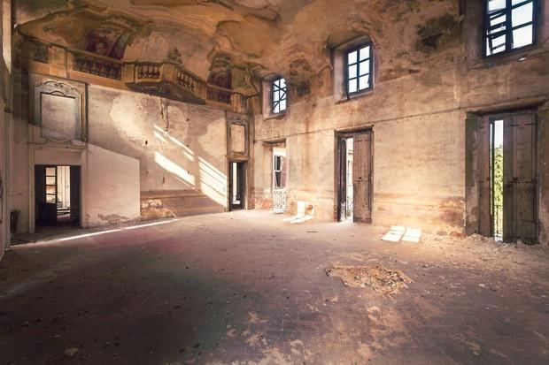 Cùng ngắm nhìn vẻ đẹp ma mị của 25 toà lâu đài và biệt thự bỏ hoang ở châu Âu - Ảnh 38.