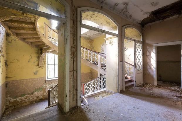 Cùng ngắm nhìn vẻ đẹp ma mị của 25 toà lâu đài và biệt thự bỏ hoang ở châu Âu - Ảnh 42.