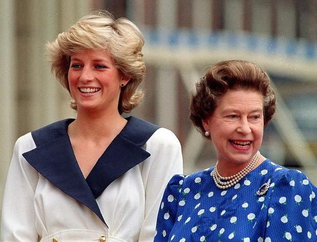 Nguyên tắc kỳ lạ của Hoàng gia Anh: Không ai được phép đi ngủ trước nữ hoàng Anh, còn nữ hoàng đích thị là một… cú đêm  - Ảnh 2.