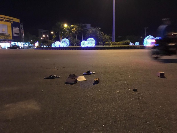 Cô gái hoảng sợ cầu cứu khi bạn trai bị đánh vì liếc nhìn 2 thanh niên chạy xe lạng lách trên đường - Ảnh 1.