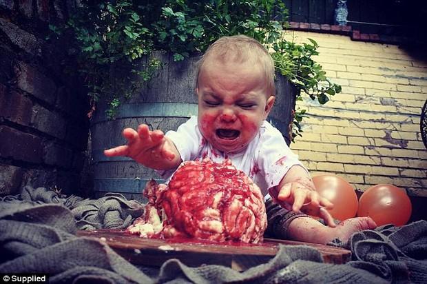 Úc: Cùng làm bánh sinh nhật đẫm máu cho con trai, người thì được cộng đồng mạng tán thưởng, người có lý do chính đáng lại bị ném đá dữ dội - Ảnh 1.