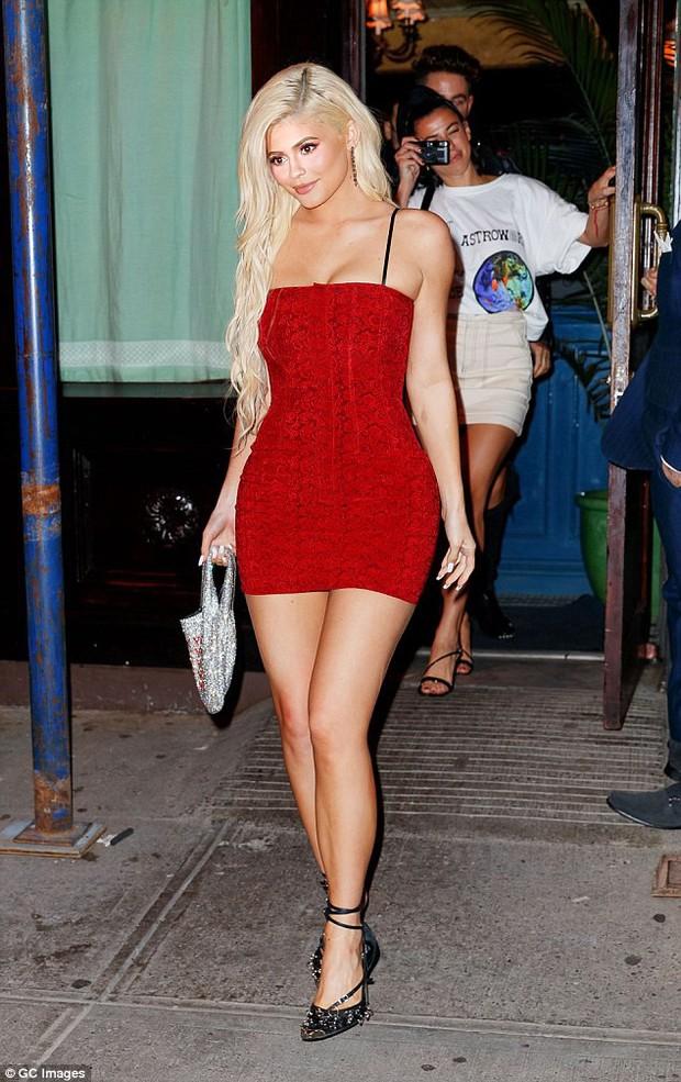 Môi đã mỏng hơn, nhưng vẻ đẹp của Kylie Jenner vẫn gợi cảm và nuột nà như búp bê Barbie trên phố - Ảnh 2.