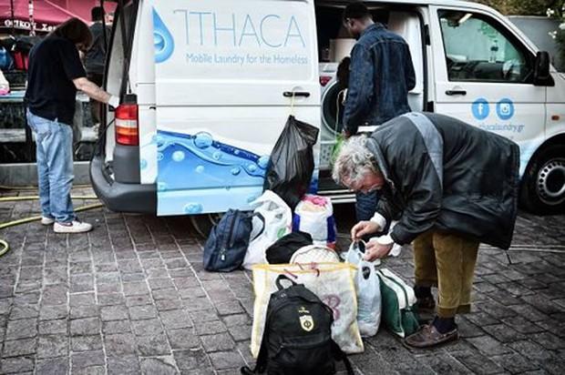 Máy giặt miễn phí cho người vô gia cư ở Hy Lạp - Ảnh 1.