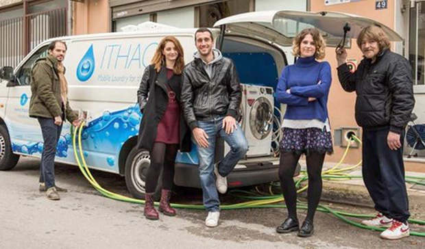 Máy giặt miễn phí cho người vô gia cư ở Hy Lạp - Ảnh 2.