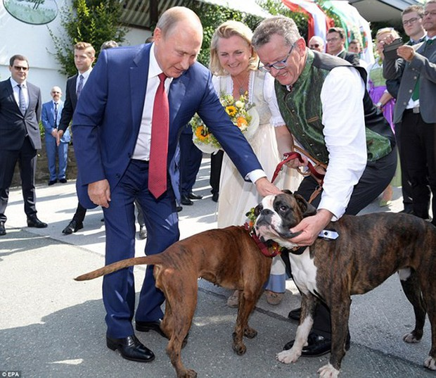"""Ảnh: Tổng thống Putin nhảy với cô dâu trong đám cưới bạn thân"""" ở Áo - Ảnh 1."""