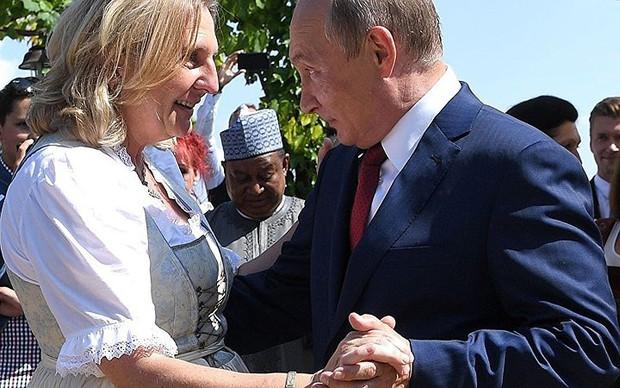"""Ảnh: Tổng thống Putin nhảy với cô dâu trong đám cưới bạn thân"""" ở Áo - Ảnh 2."""