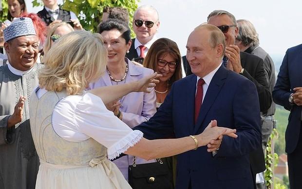 """Ảnh: Tổng thống Putin nhảy với cô dâu trong đám cưới bạn thân"""" ở Áo - Ảnh 3."""