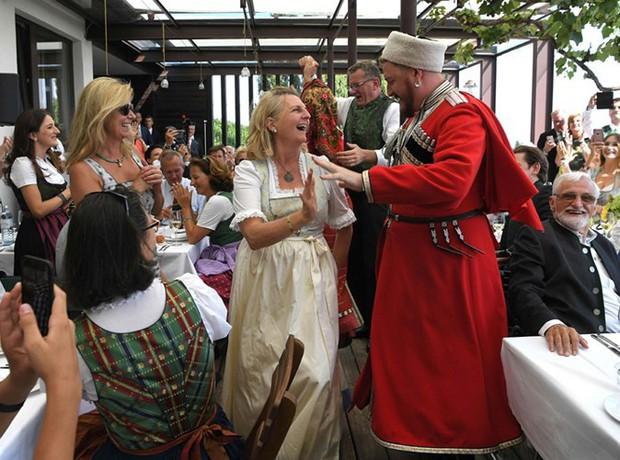 """Ảnh: Tổng thống Putin nhảy với cô dâu trong đám cưới bạn thân"""" ở Áo - Ảnh 4."""