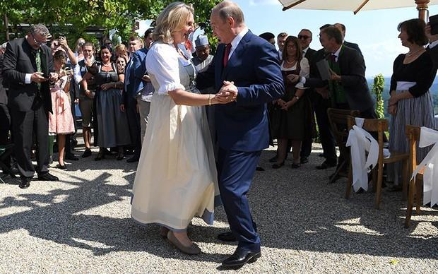 """Ảnh: Tổng thống Putin nhảy với cô dâu trong đám cưới bạn thân"""" ở Áo - Ảnh 5."""