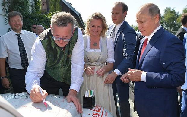 """Ảnh: Tổng thống Putin nhảy với cô dâu trong đám cưới bạn thân"""" ở Áo - Ảnh 6."""