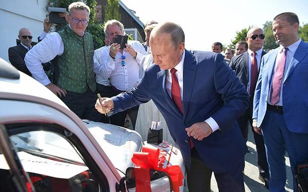 """Ảnh: Tổng thống Putin nhảy với cô dâu trong đám cưới bạn thân"""" ở Áo - Ảnh 7."""