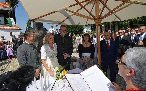 """Ảnh: Tổng thống Putin nhảy với cô dâu trong đám cưới bạn thân"""" ở Áo - Ảnh 8."""