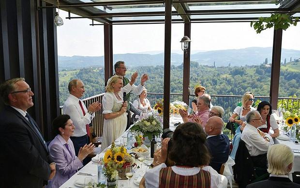"""Ảnh: Tổng thống Putin nhảy với cô dâu trong đám cưới bạn thân"""" ở Áo - Ảnh 9."""