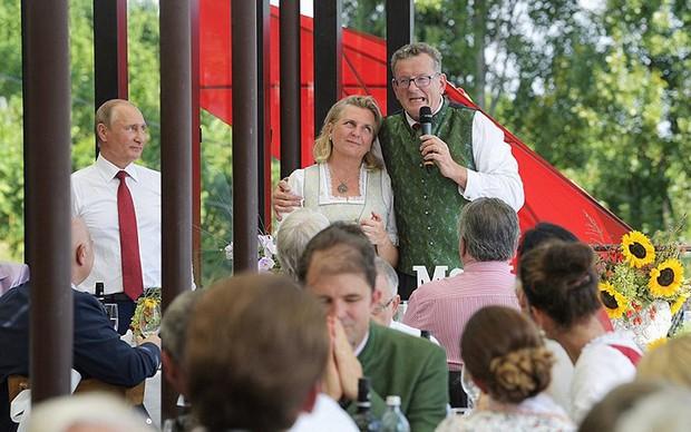 """Ảnh: Tổng thống Putin nhảy với cô dâu trong đám cưới bạn thân"""" ở Áo - Ảnh 10."""
