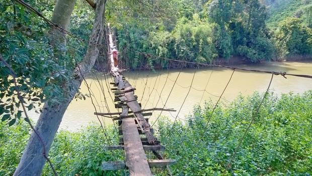 Cận cảnh người dân thấp thỏm vượt qua những cây cầu treo giữa dòng nước cuồn cuộn từ sông, suối Lâm Đồng - Ảnh 3.