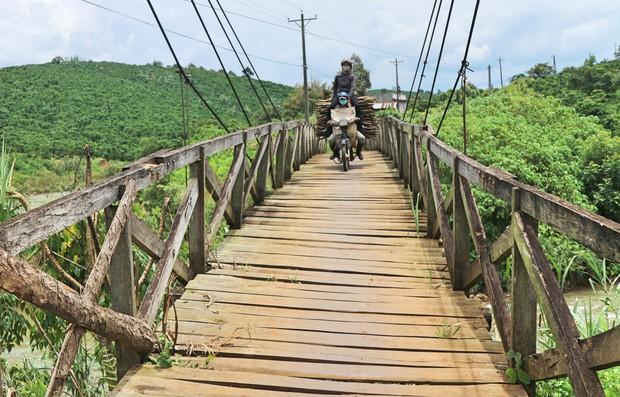 Cận cảnh người dân thấp thỏm vượt qua những cây cầu treo giữa dòng nước cuồn cuộn từ sông, suối Lâm Đồng - Ảnh 4.