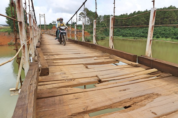 Cận cảnh người dân thấp thỏm vượt qua những cây cầu treo giữa dòng nước cuồn cuộn từ sông, suối Lâm Đồng - Ảnh 5.