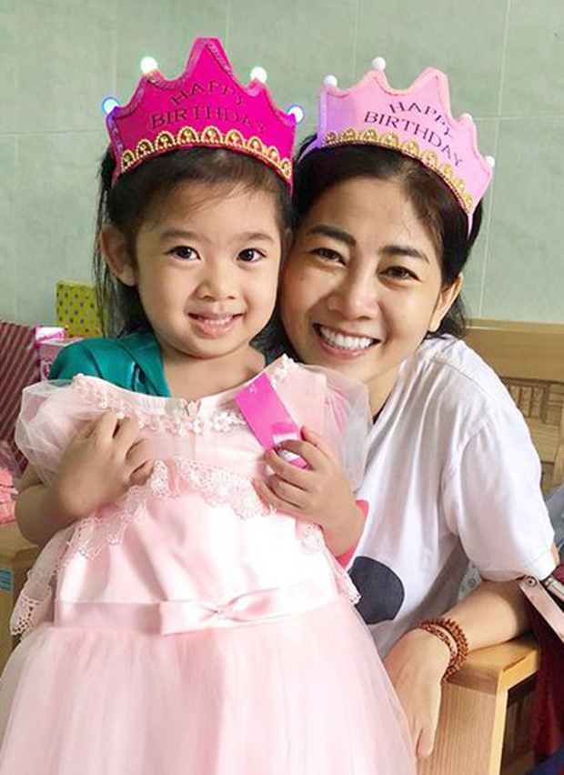 Mai Phương cười tươi rạng rỡ, cùng bạn bè người thân tổ chức tiệc sinh nhật cho con gái tại bệnh viện - Ảnh 2.
