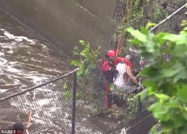 Góc nghịch dại: Nhảy xuống thác nước xiết để vớt điện thoại, thanh niên phải gọi hàng tá nhân viên cứu hộ tới... cứu mình - Ảnh 1.