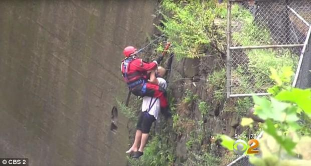 Góc nghịch dại: Nhảy xuống thác nước xiết để vớt điện thoại, thanh niên phải gọi hàng tá nhân viên cứu hộ tới... cứu mình - Ảnh 2.